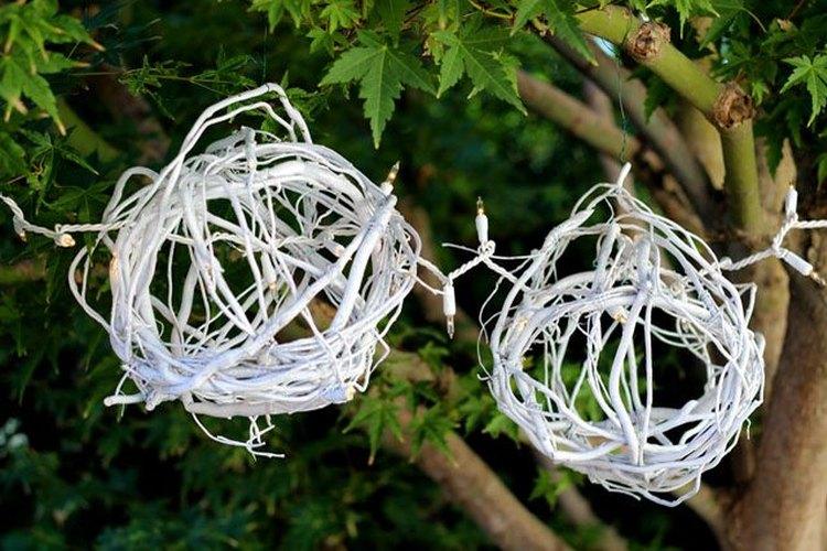 También puedes colgar las bolas de ramas de sauce en un árbol para decorar tu jardín.
