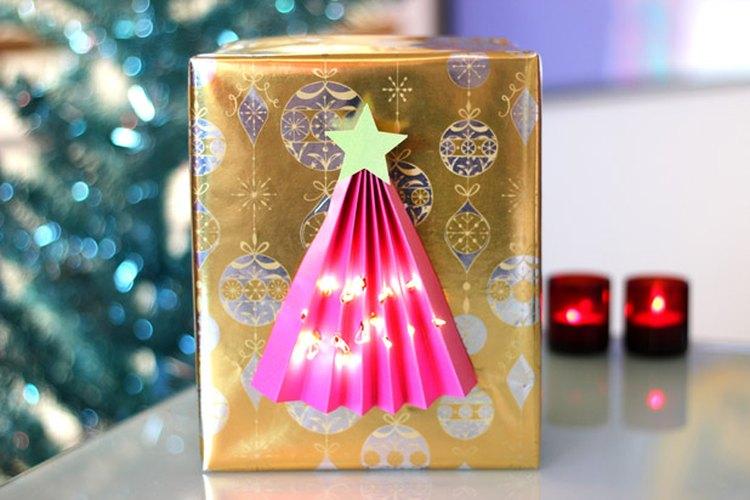 Un envoltorio iluminado para un regalo de Navidad.