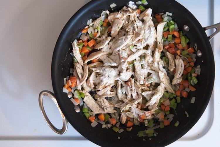 Espolvorea el pollo con harina.