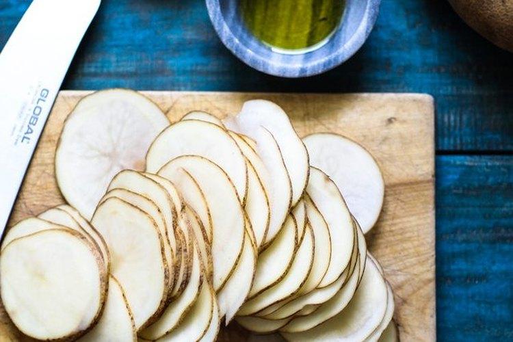 Corta las papas en rebanadas finas.