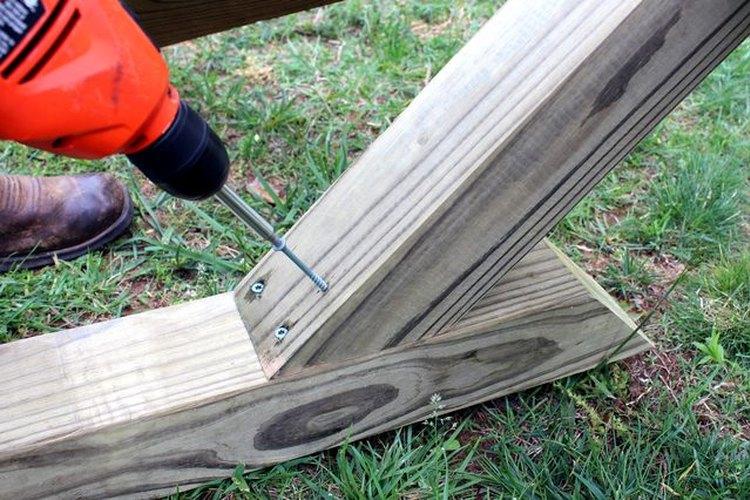 Ajusta los postes de 6 pies (1,8 m) al poste más largo.