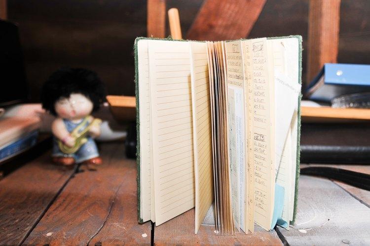 Abre los libros para eliminar los insectos que se encuentren en su interior.