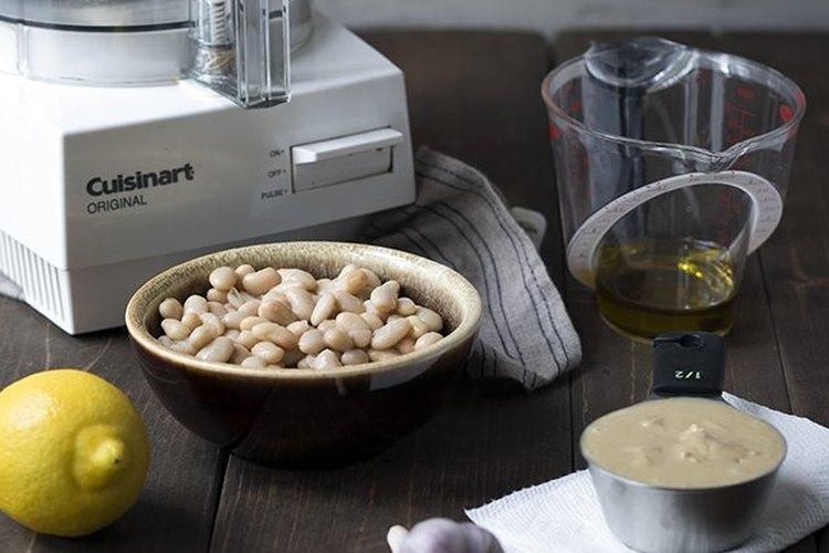 Reúne los ingredientes para hacer el hummus.