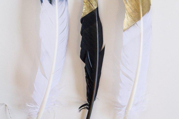 Ata los extremos de las plumas usando la cuerda.