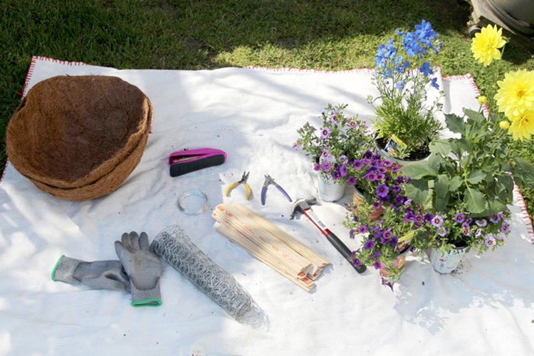 Los materiales que necesitarás para construir un cerco hecho de malla para gallinero.