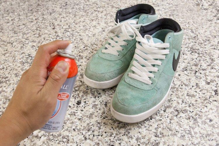 Evita futuras manchas usando un aerosol repelente de manchas y agua sobre los zapatos.