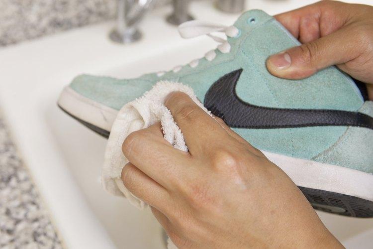 Usa un trapo ligeramente húmedo y un limpiador o jabón suave.