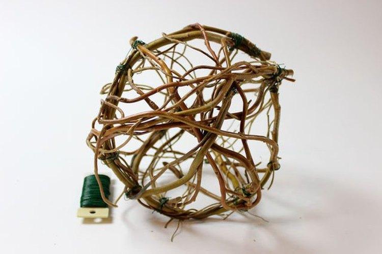 Añade los círculos a la estructura del globo.