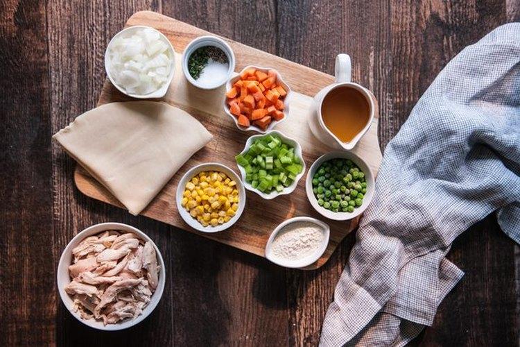Utiliza un pollo asado o los restos de un pollo que has preparado con antelación.