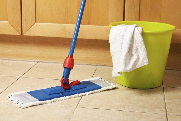 Fregar los pisos es una actividad que puedes hacer una vez a la semana.