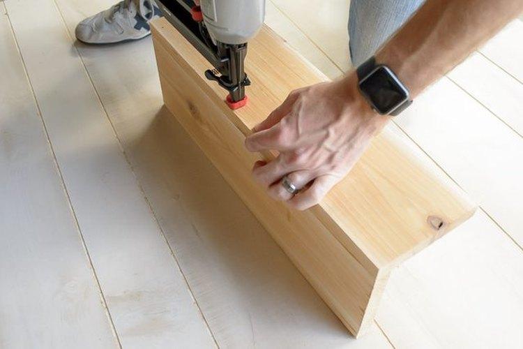 Usa la clavadora para unir las dos tablas en forma de
