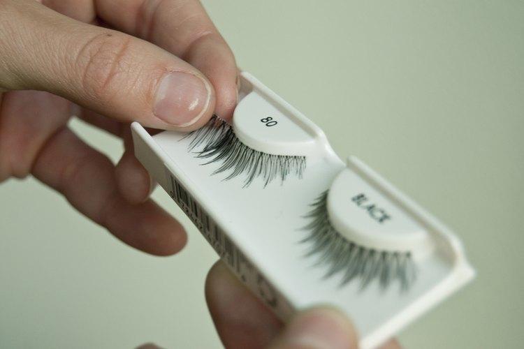 Aplica unas pestañas postizas sobre tus ojos.