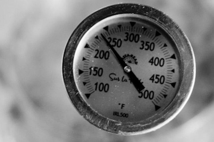 Calienta el azúcar hasta que alcance los 240 grados Fahrenheit (115°C) en un termómetro de dulces.