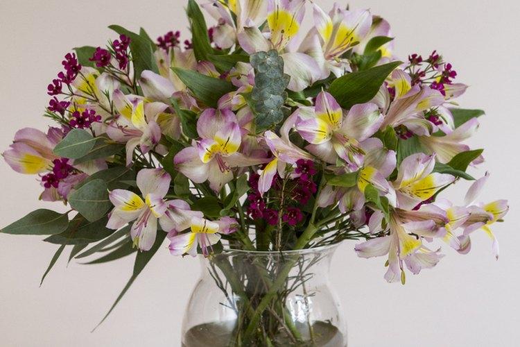 Termina tu arreglo agregando flores que generen contraste.