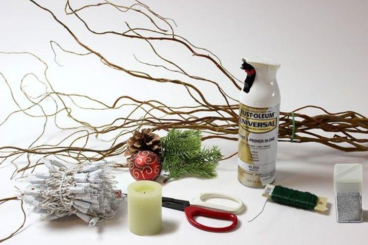 Los materiales necesarios para las bolas navideñas con ramas de sauce.
