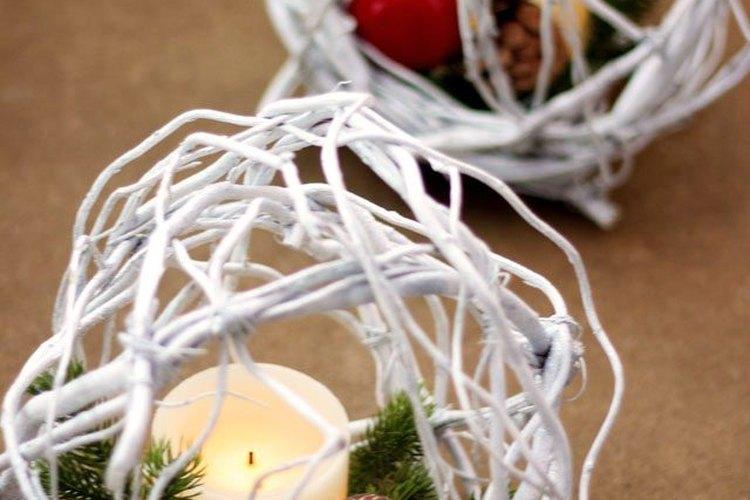 Crea un adorno festivo para tu mesa navideña.