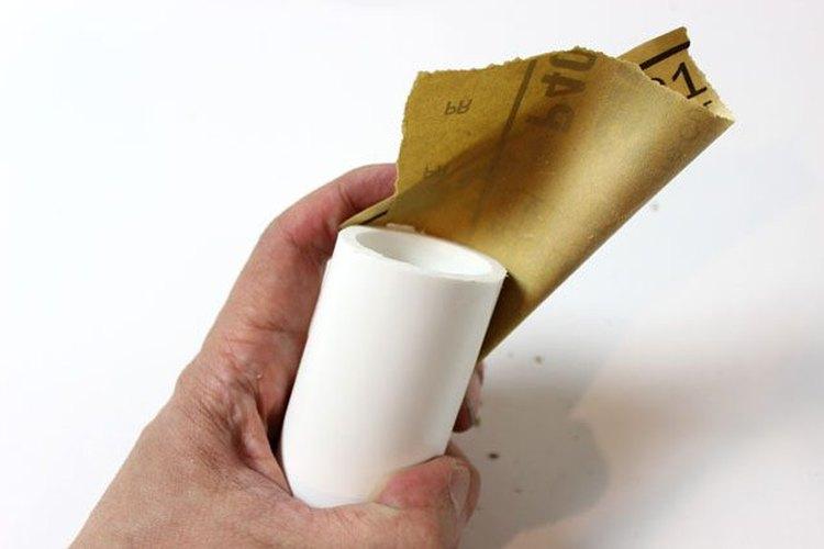 Lija los bordes de PVC.