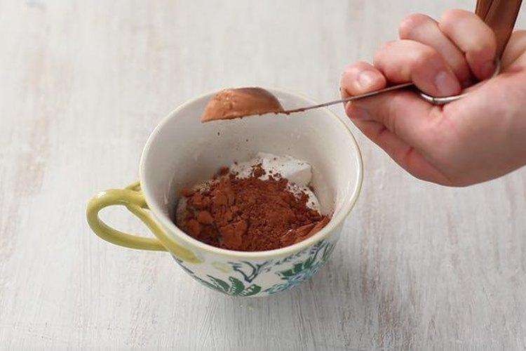 Pon todos los ingredientes secos en la taza y mézclalos.