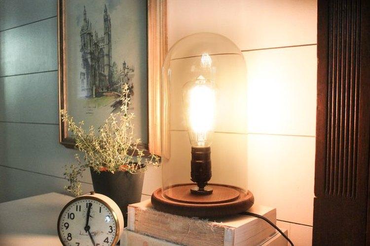 Prueba tu lámpara industrial de madera en tu mesa de noche.