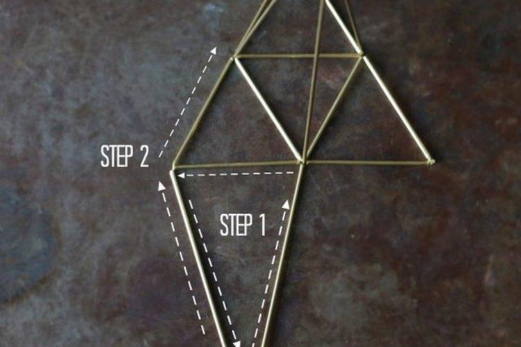 Convierte a los triángulos en pirámides.