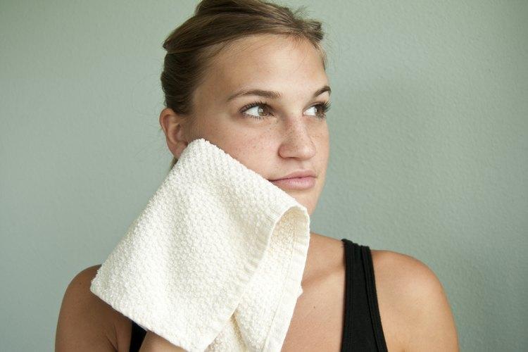 Lava tu rostro con agua y jabón.