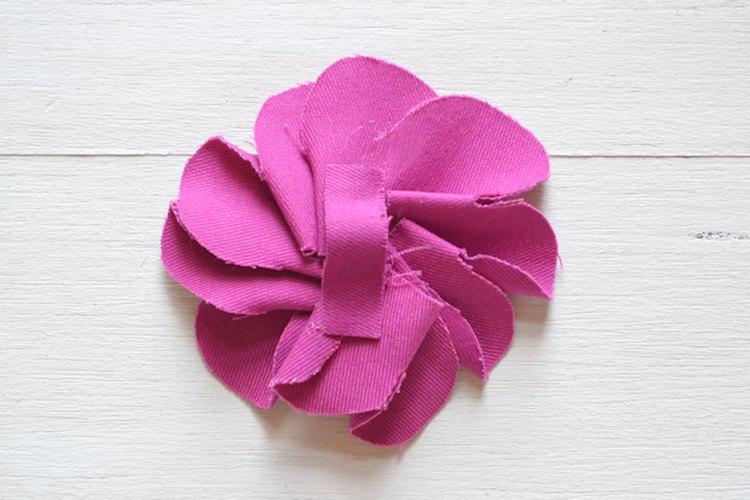 Este paso crea un lazo de tela en la parte trasera de la flor.