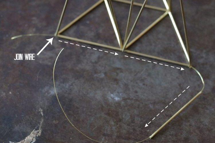 Une uno de los tubos restantes para crear la base de la estrella.