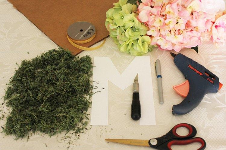 Materiales necesarios para hacer un monograma floral.