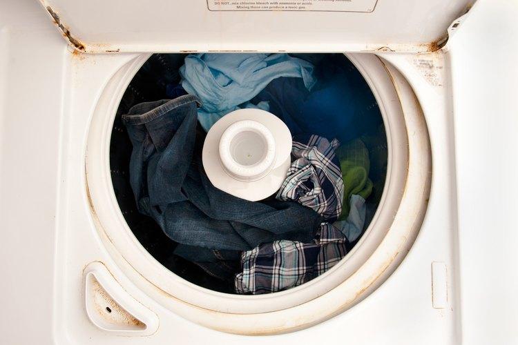 La suciedad y el mal olor se acumulan en una lavadora.