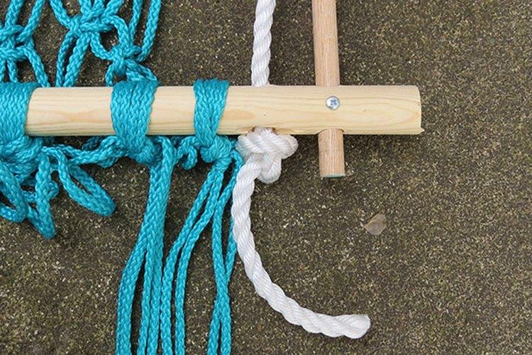 Enhebra la cuerda a través de la parte inferior del marco y ata un nudo flojo.