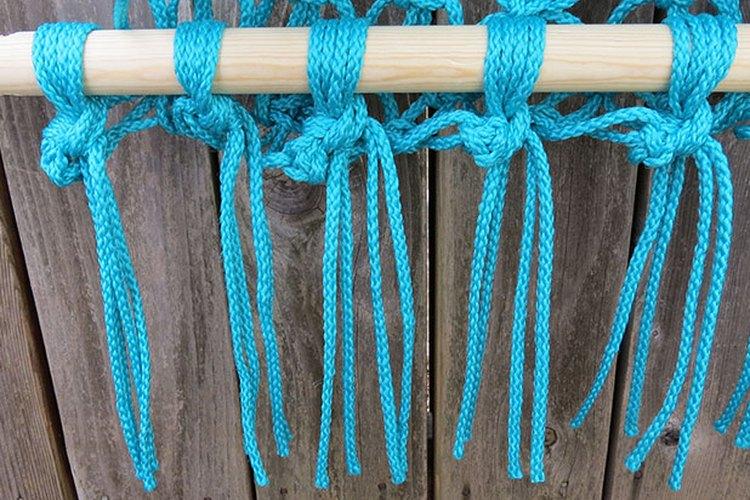 Recorta los extremos de las cuerdas hasta el largo deseado.