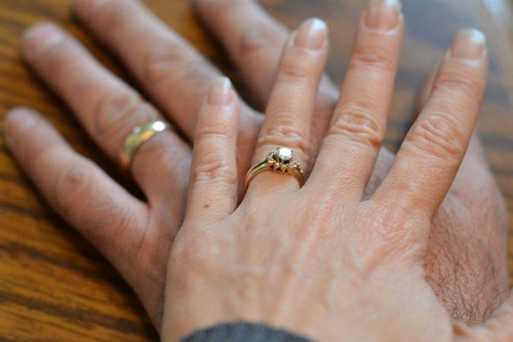 Reúne regalos para enseñar a la pareja de recién casados cómo tener éxito.