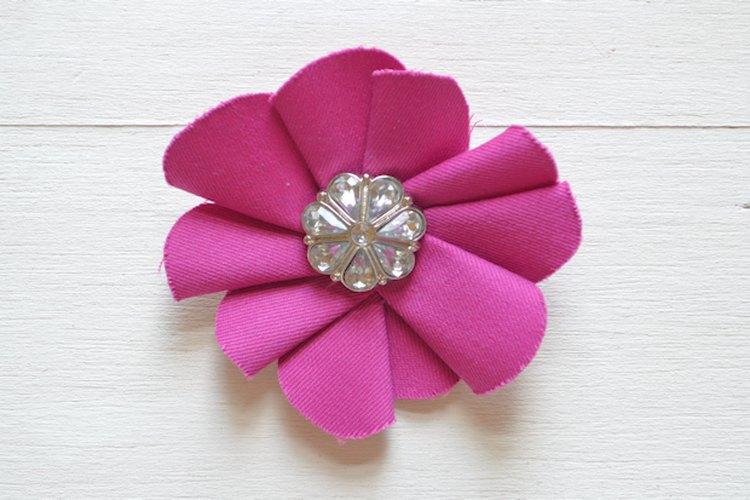 Los diamantes de imitación, pendientes viejos y gemas con un lado liso son todas buenas opciones para el centro de tu flor.
