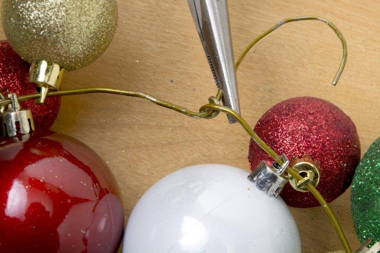 Si has optado por dejar el gancho de la percha para colgar la corona, asegúrate de que el gancho esté cubierto con cinta.