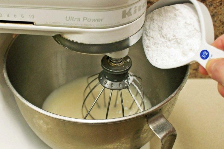 Agrega azúcar impalpable y vainilla.
