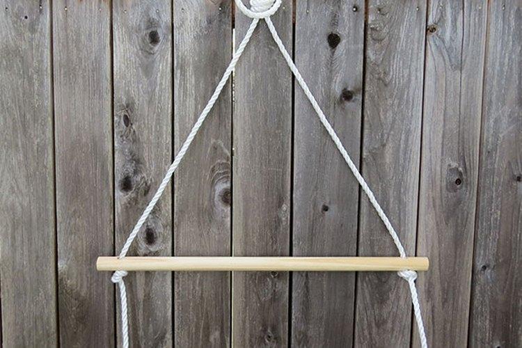 Cuelga la cuerda temporalmente para enhebrar las clavijas.