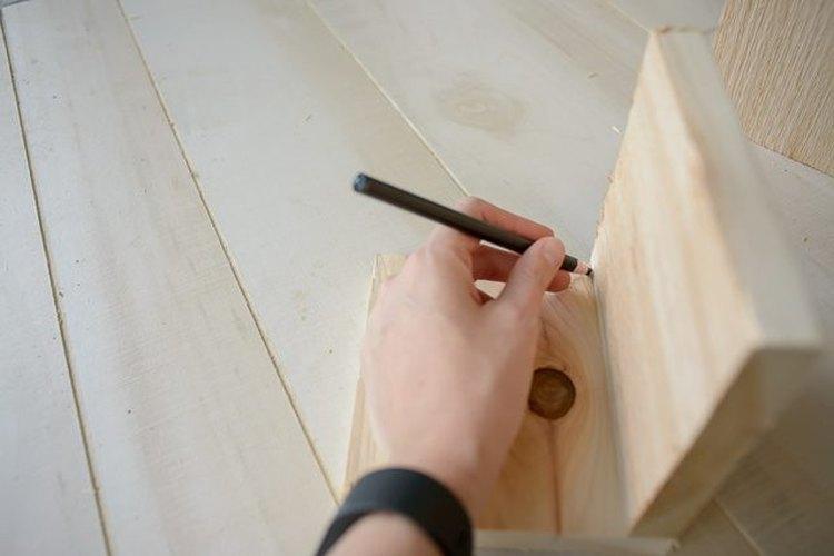 Corta una tira de la tabla para dar forma al macetero.