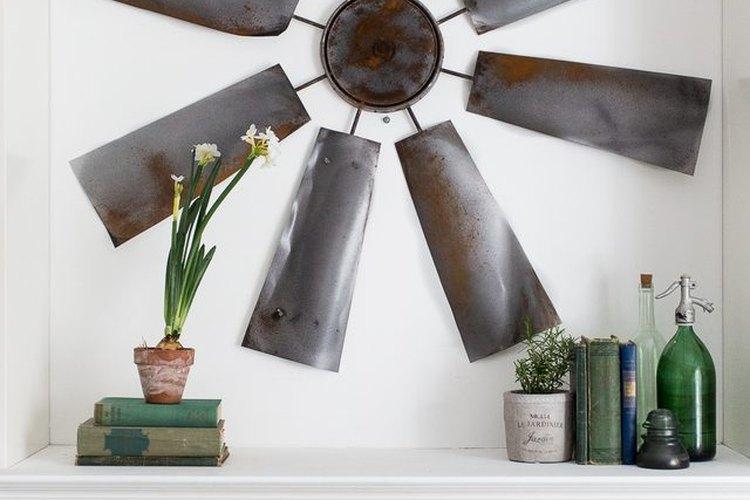 Esta decoración para la pared, hecha con un molino de viento, es un gran punto focal.