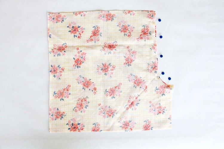 Coloca juntos los lados de arriba de las piezas frontales del patrón y cose las costuras de la entrepierna.