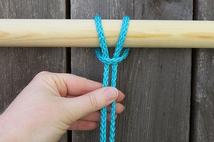 Envuelve el bucle alrededor de la clavija y pasa las tiras a través del mismo.