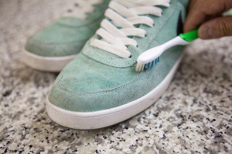 Cuando tus zapatos estén secos, pasa nuevamente el cepillo para gamuza.