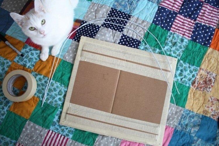 Perfora las esquinas del cartón.