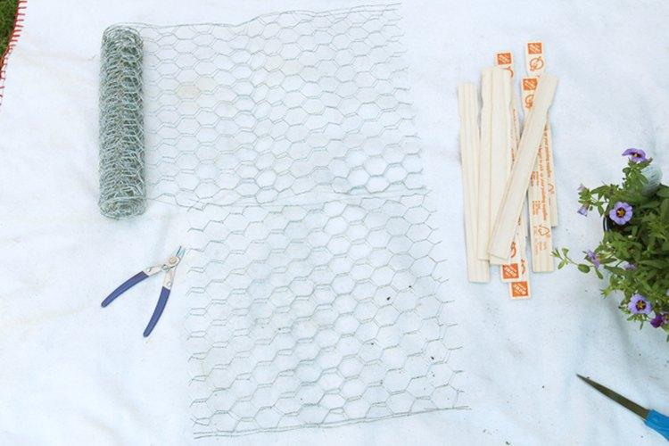 Desenrolla y corta dos piezas equivalentes de malla para gallinero doblada.
