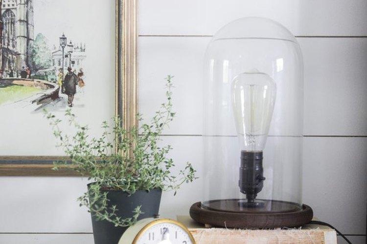 Esta lámpara industrial de madera te ofrece una estética atemporal.