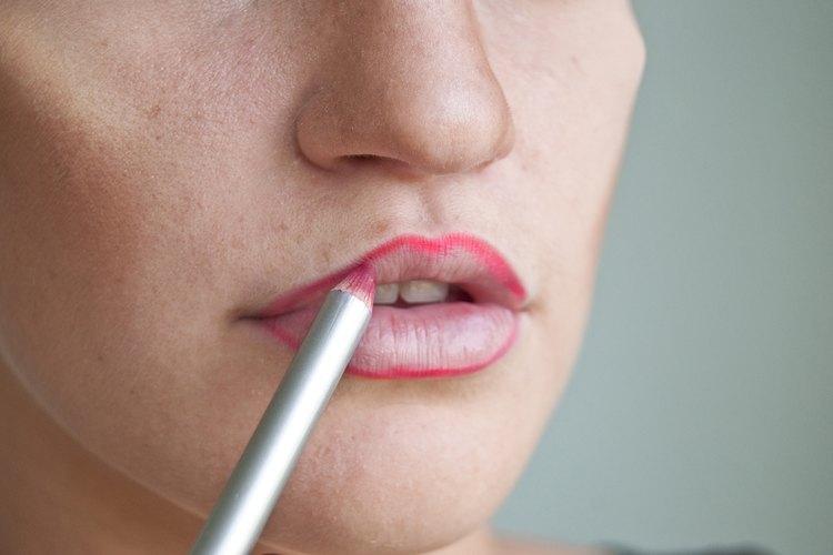 Delínea los labios usando un delineador labial rojo.