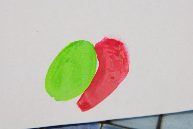 El rojo resalta sobre el verde lima.