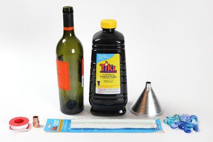 Materiales para hacer antorchas tiki con botellas de vino.