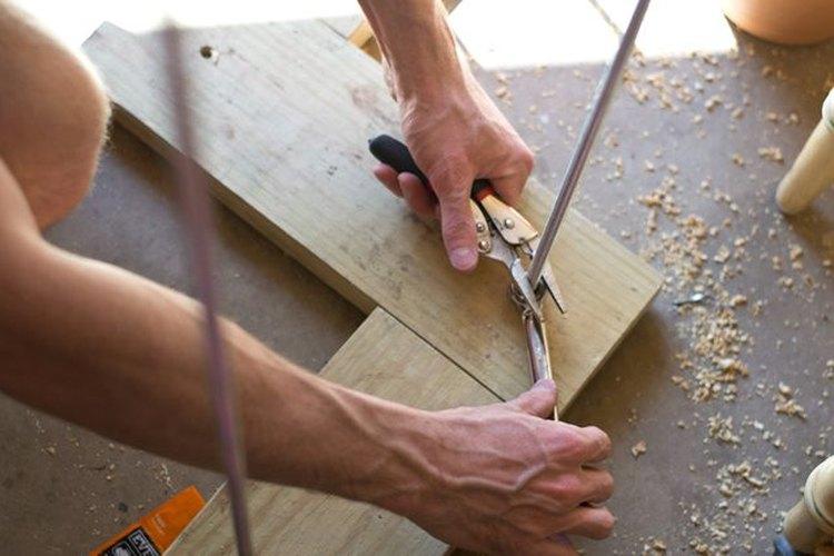 Enrosca la varilla a través de los agujeros perforados.