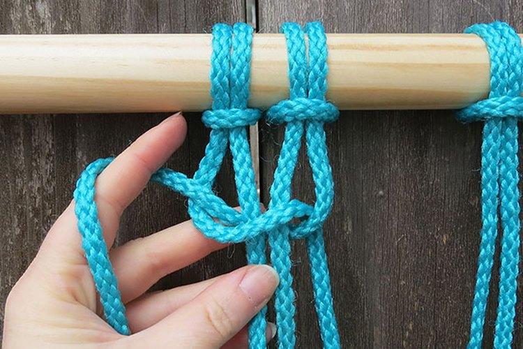 Cambia la dirección cruzando las cuerdas desde la derecha a la izquierda.