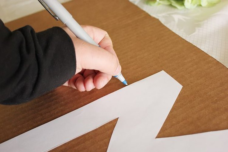 Dibuja el contorno del esténcil sobre el cartón.